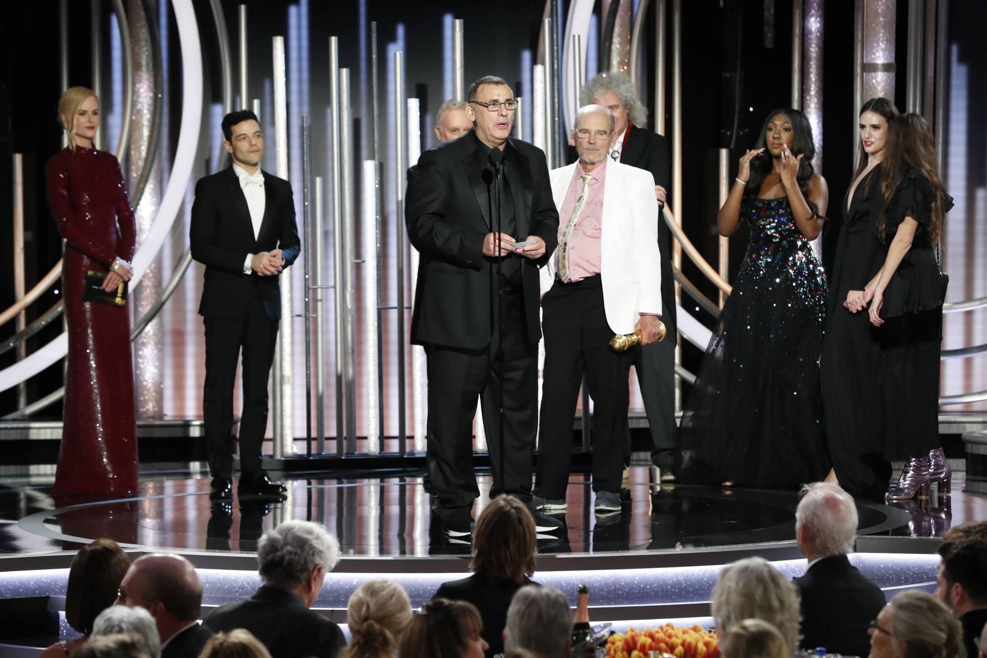 Parte del equipo de Bohemian Rhapsody (junto al grupo Queen) recogen el Globo de Oro a mejor película dramática sin Bryan Singer. Getty Images