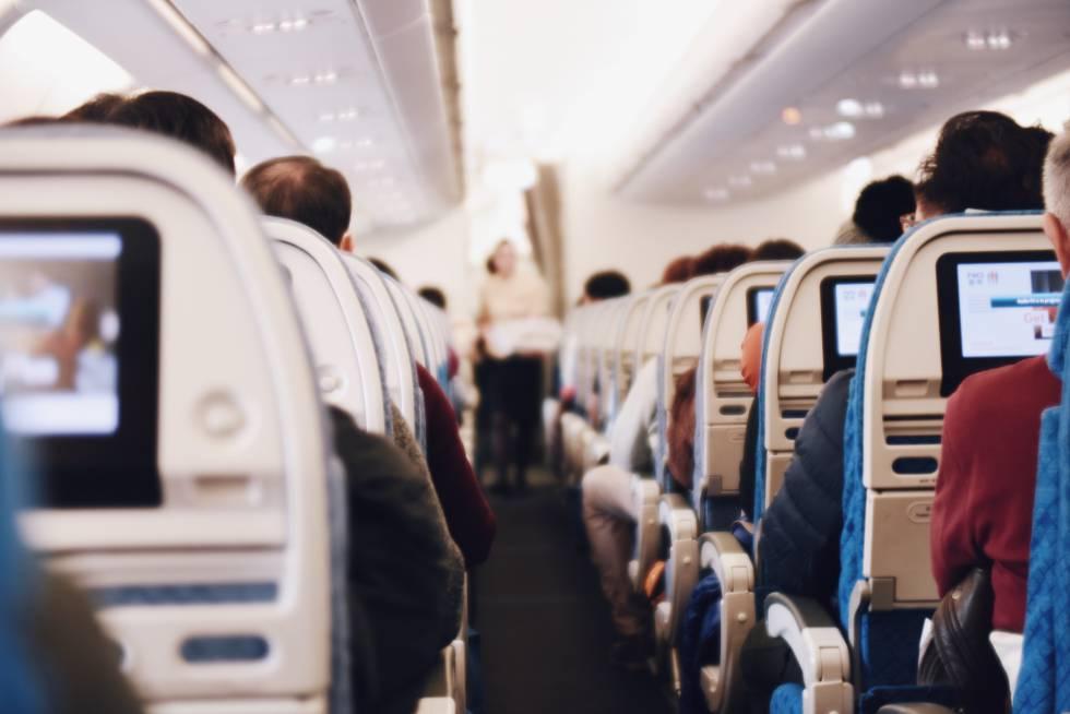 Vista interior de la clase turista en la cabina de un avión.