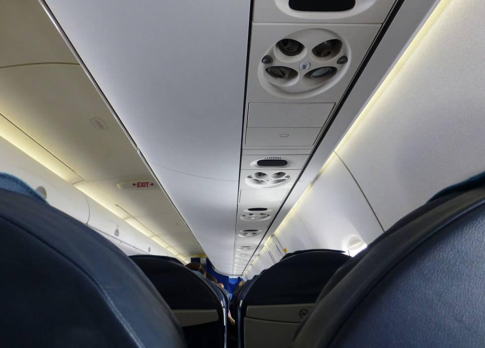 Conductos de salida de aire acondicionado sobre los asientos de los pasajeros.
