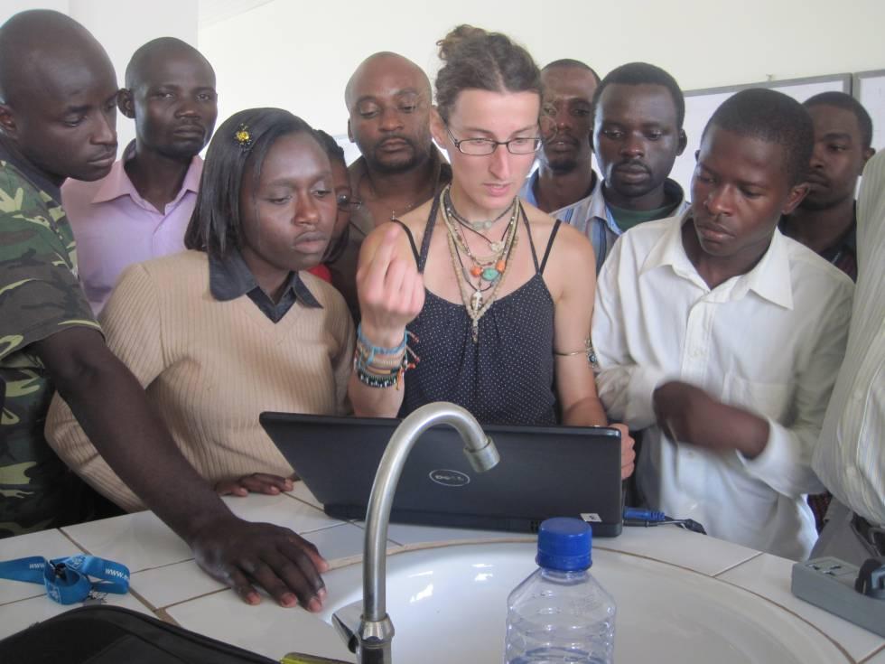 Mirjana Pović da clases de física y astronomía en Ruanda, en 2011.