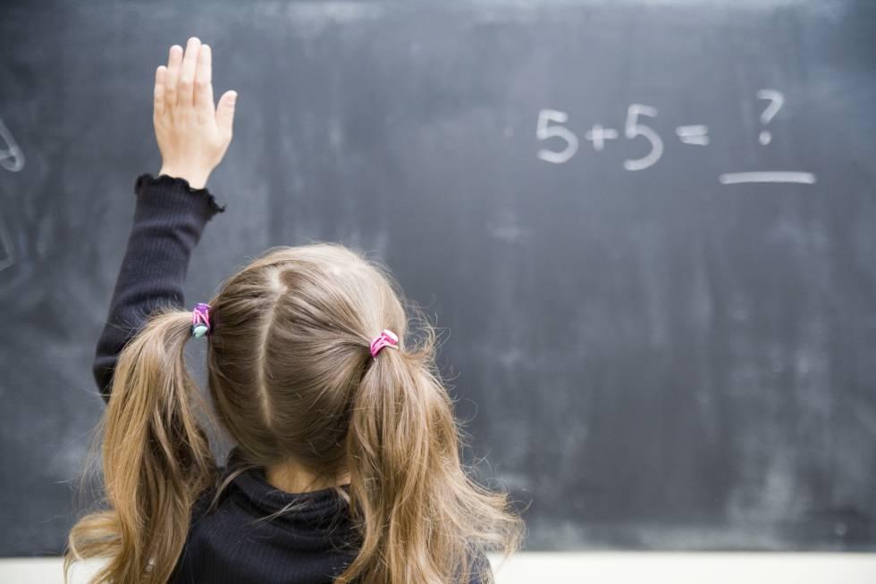Una pequeña en clase de matemáticas.