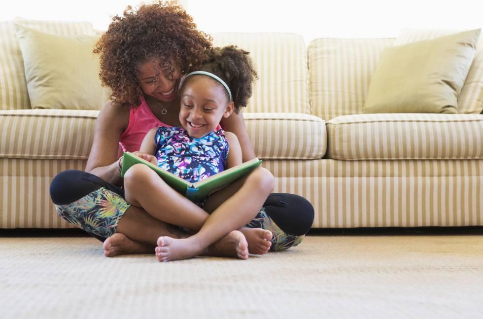 Una madre lee un cuento con su hija.