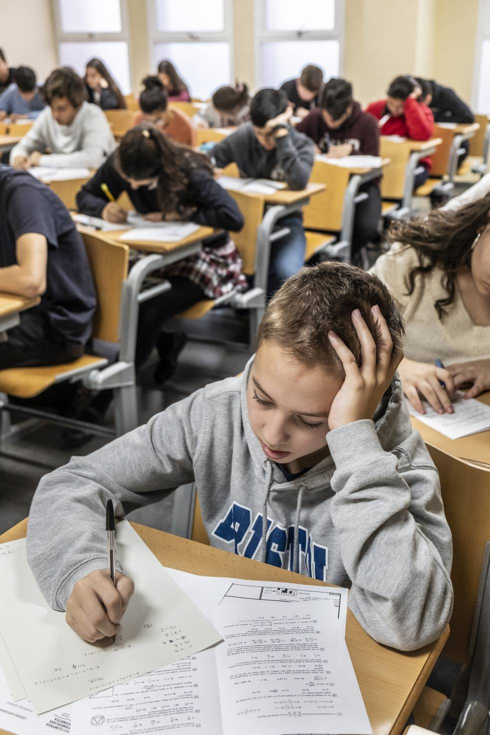 Álvaro Gamboa, de 13 años, el aspirante de menor edad en el examen de la fase cero de la Olimpiada Matemática, durante la prueba en la Universidad Complutense.