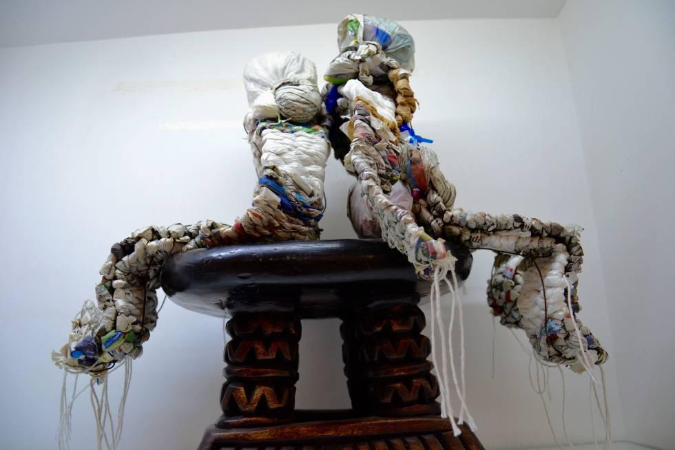 Hombrecillos de papel de periódico y otros materiales reciclados.