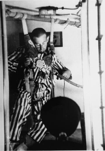 Un prisionero pierde el conocimiento antes de morir en la cámara de descompresión de Dachau.