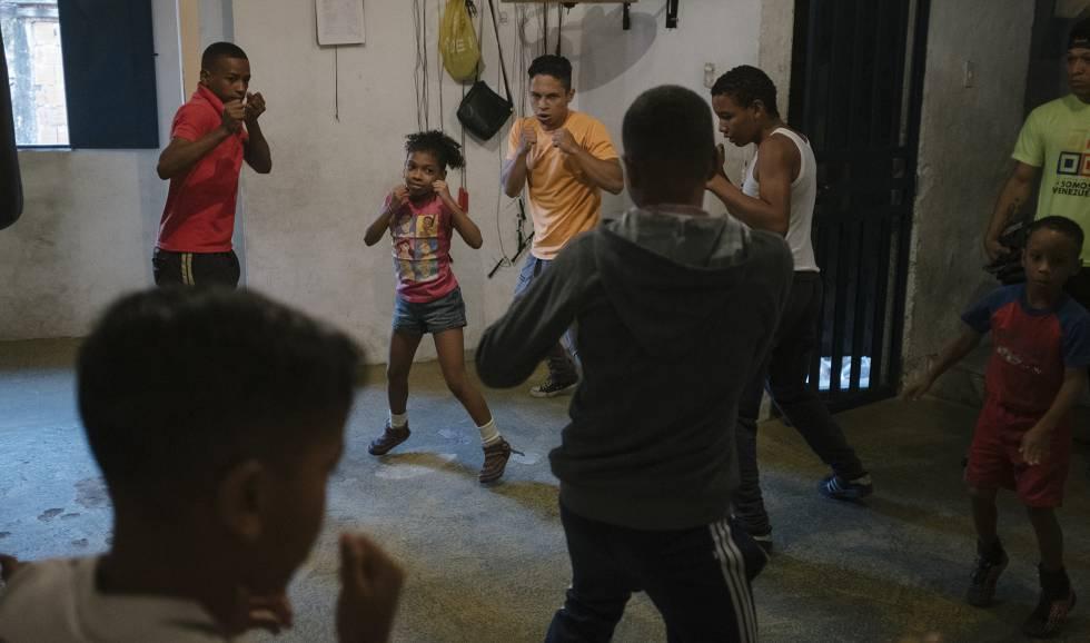 Niños boxean en turno de mañana del gimnasio Jairo Ruza.