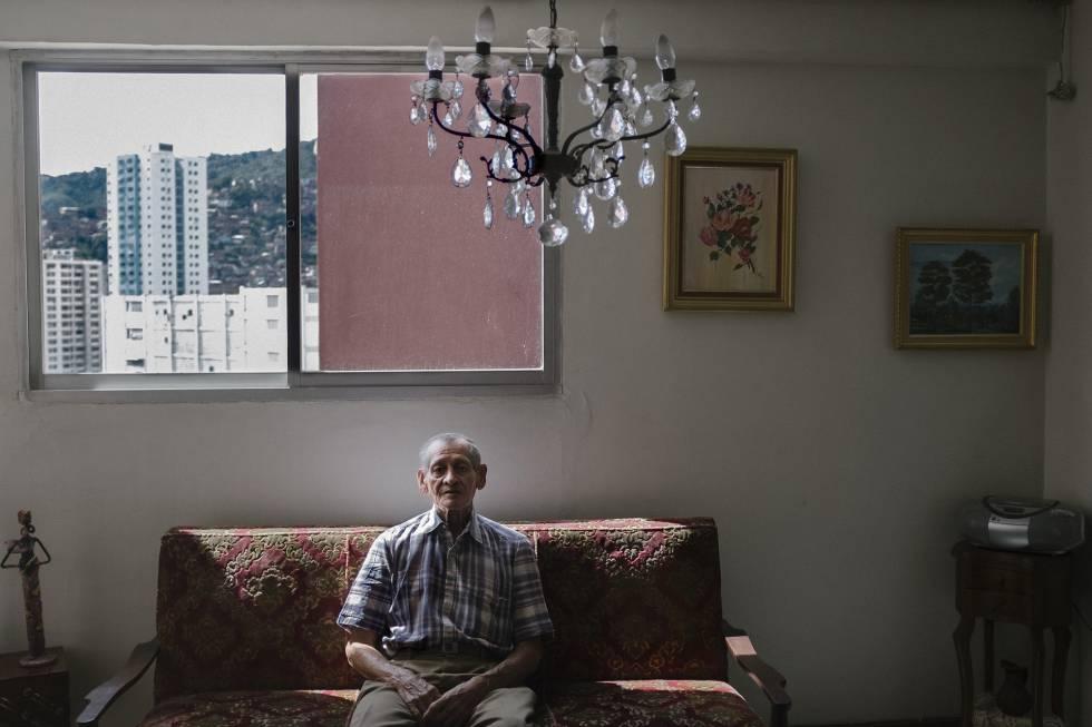 Tomás Sandoval posa en su apartamento en el Valle.