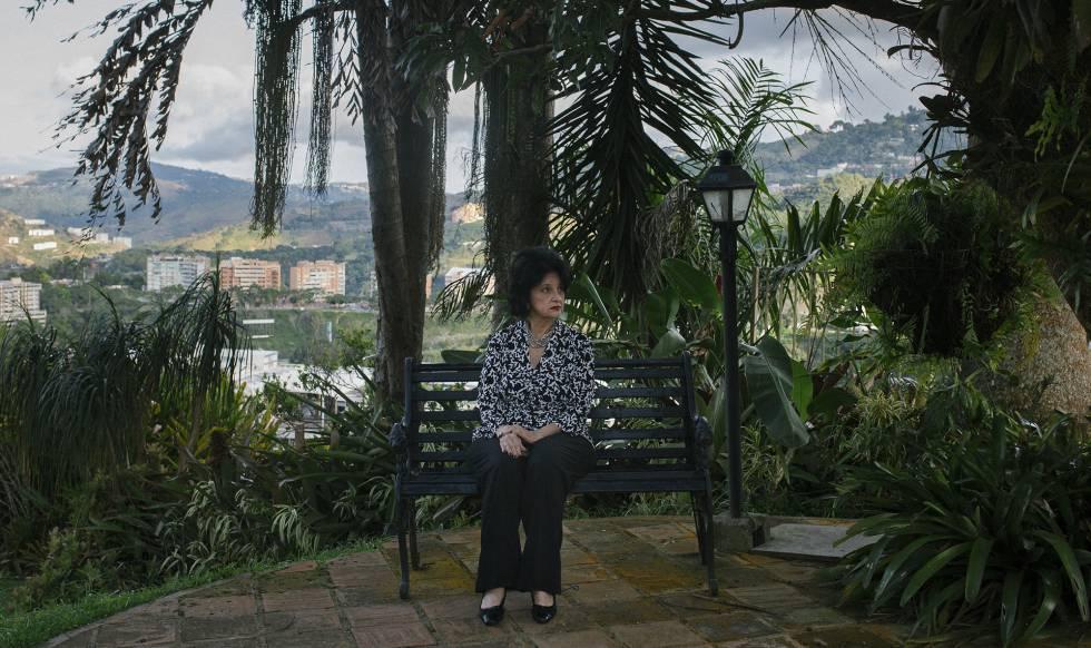 Marisol Basó sentada en un bando en el jardín de su casa en Caracas.