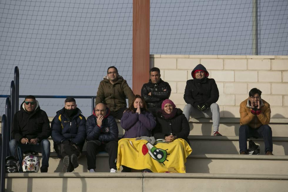 Un grupo de padres anima en las gradas de los campos Juan Antonio  Samaranch b47ce773a90ee