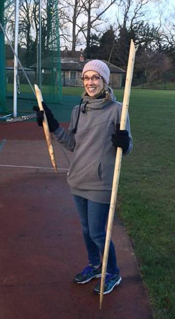 La arqueóloga Annemieke Milks, con una lanza rota.