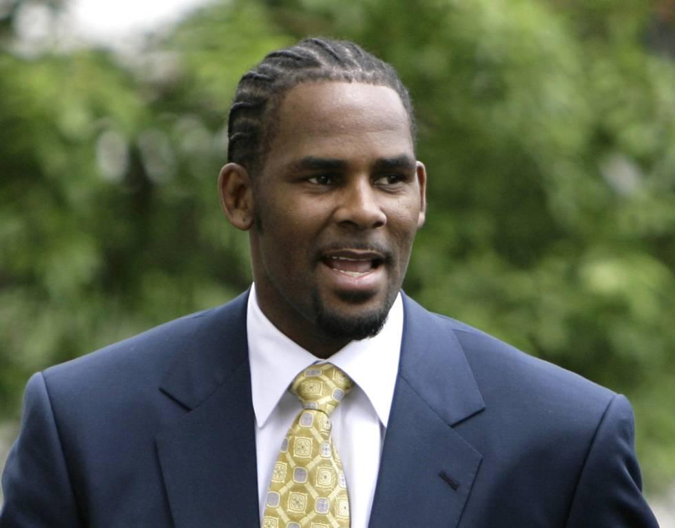 R. Kelly, acusado de pornografía infantil, llegando al tribunal en Chicago en 2008.