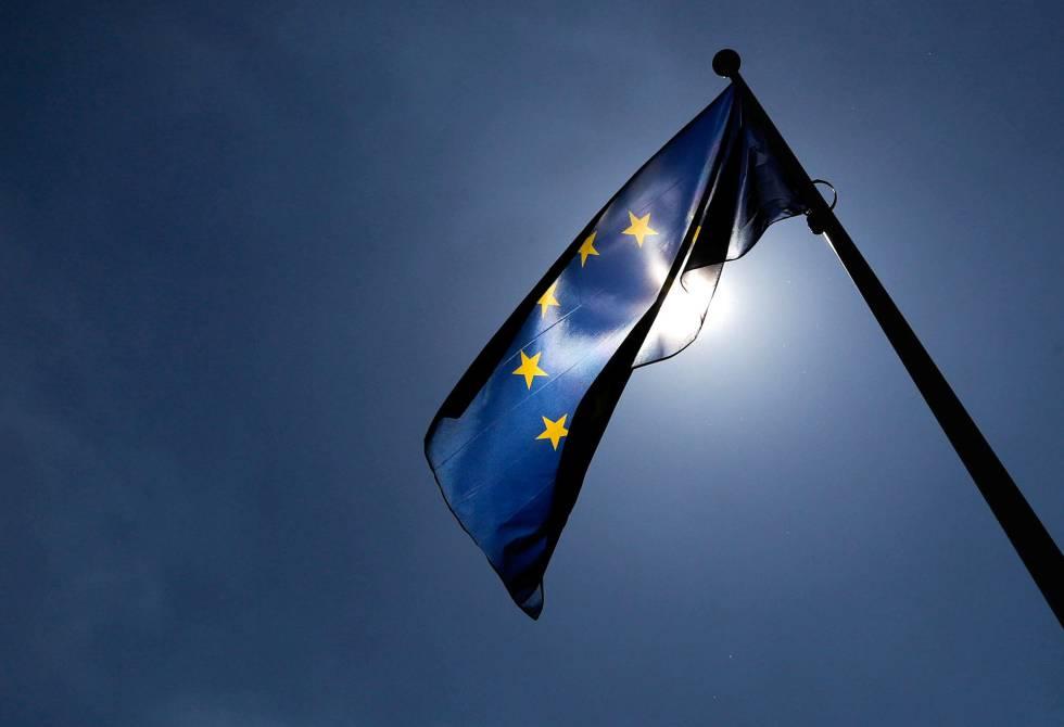 Bandera europea en el edificio de la Comisión en Bruselas.