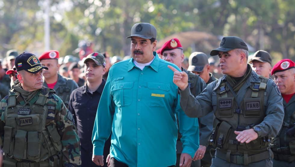 El presidente de Venezuela, Nicolás Maduro, junto al ministro de Defensa, Vladimir Padrino Lopez, y miembros de La Fuerza Armada Nacional Bolivariana.