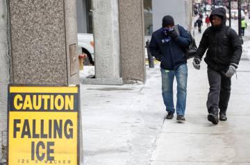 Personas caminan este martes durante la ola de frío polar, en Chicago, Illinois (EE UU). Según los meteorólogos, las temperaturas en el área de Chicago podrían bajar a menos 31 grados centígrados.