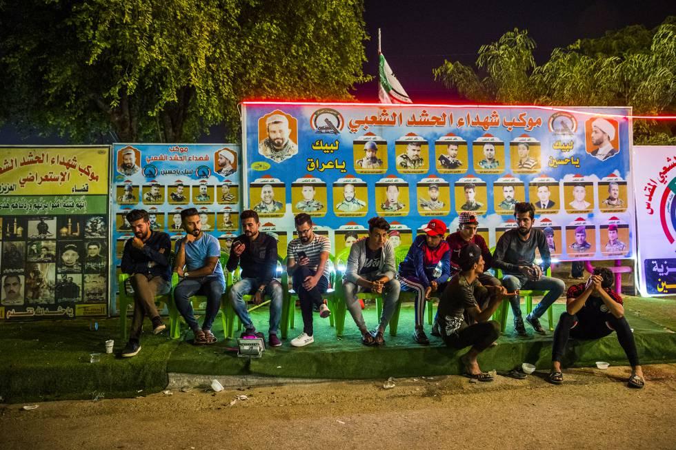 Jóvenes chiíes rinden homenaje a sus mártires en la guerra contra el Estado Islámico (ISIS).