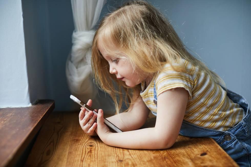 Padres que enseñan a sus hijos todo lo necesario sobre seguridad 'online'