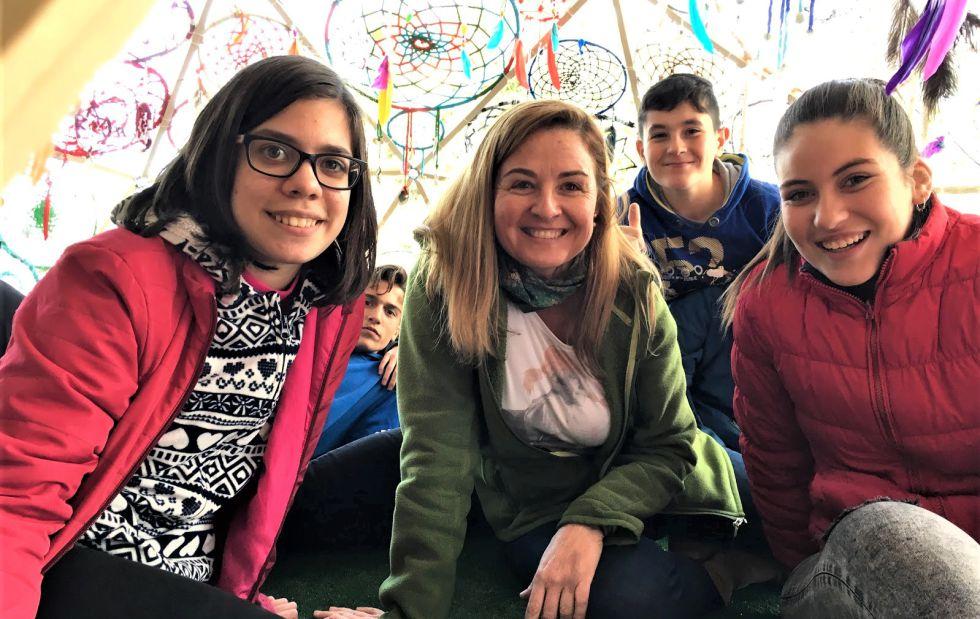 """Mayalen con sus estudiantes Rocío, Alba y Javier. Proyecto """"Un nido para soñar''"""