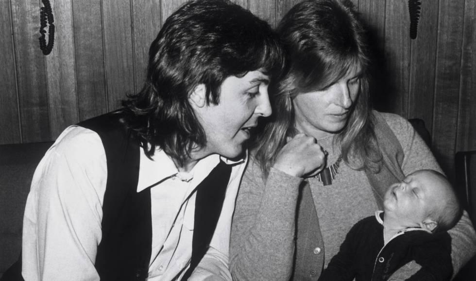Descripción de la imagen:  Paul McCartney y su esposa Linda con su hija Mary, en 1969.