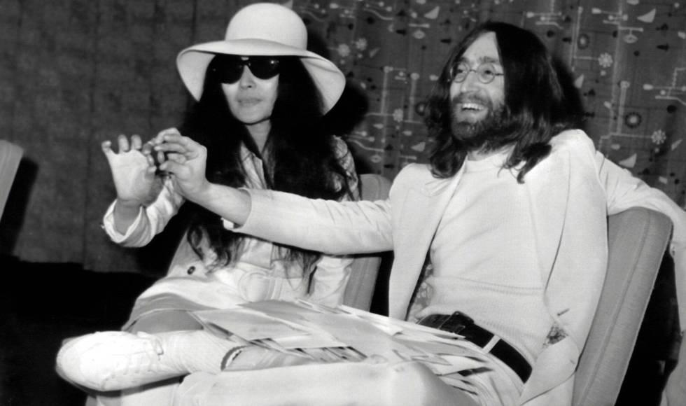John Lennon y su esposa Yoko Ono en Londres en abril de 1969.