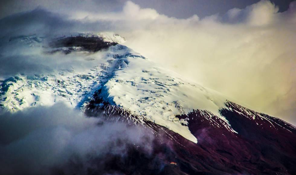 El Cotopaxi, situado a apenas 50 kilómetros al sureste de Quito (Ecuador), es la montaña más famosa del país por su inconfundible forma cónica. Cada año, miles de andinistas tratan de alcanzar su cumbre ascendiendo por su glaciar, de 10,5 kilómetros cuadrados y ahora en riesgo de desaparecer.
