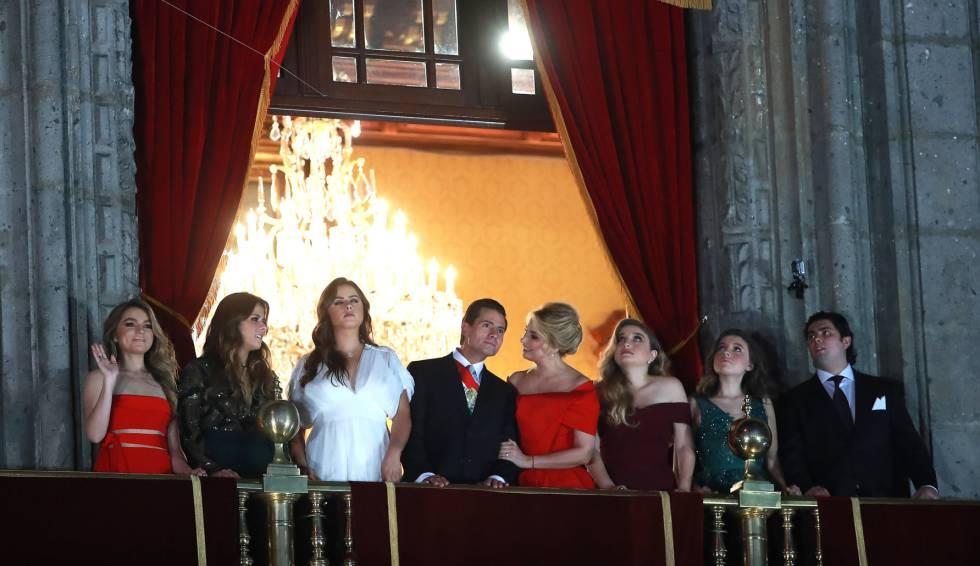 Enrique Peña Nieto y Angélica Rivera con los hijos de la pareja (tres de cada uno de ellos), el pasado 15 de septiembre. Falta, Diego, el hijo que tuvo con Maritza Díaz.