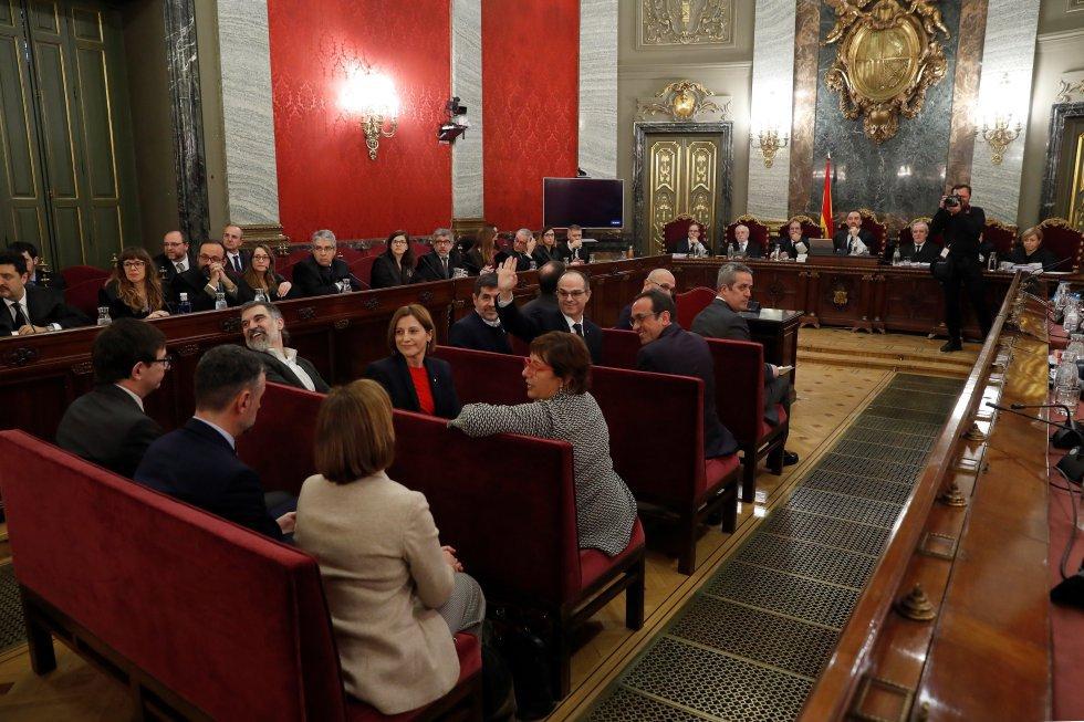 6cd8e15936 1Οι 12 ηγέτες υπέρ της ανεξαρτησίας σε δίκη στο Ανώτατο Δικαστήριο. Στο  πλησιέστερο πάγκο (lr)  ο πρώην περιφερειακός αρχηγός δικαιοσύνης Carles  Mundó