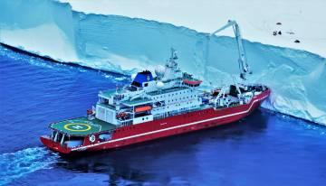 El 'S.A. Agulhas II' se topa con un bloque de hielo.