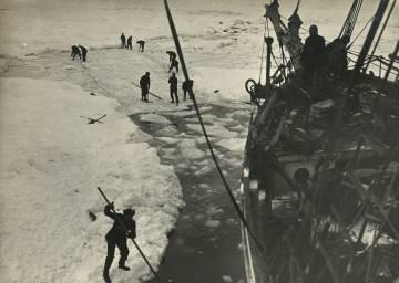 Los tripulantes del 'Endevour' tratan de sacar el barco del hielo, el 14 y 15 de febrero de 195.