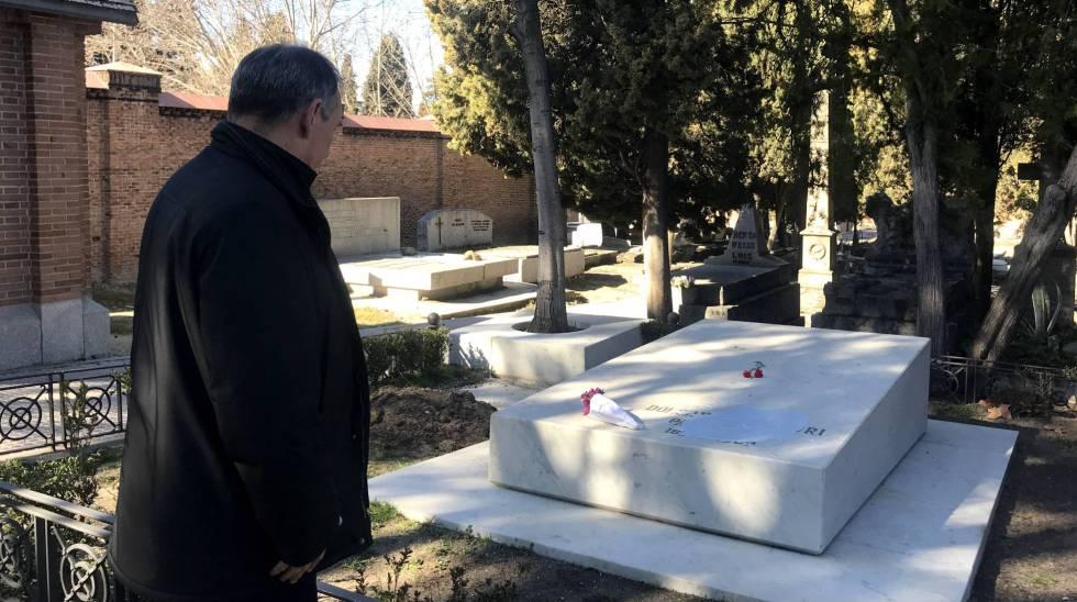 El secretario general del Partido Comunista, Enrique Santiago enfrente de la tumba de Dolores Ibárruri hoy en el cementerio de la Almudena.