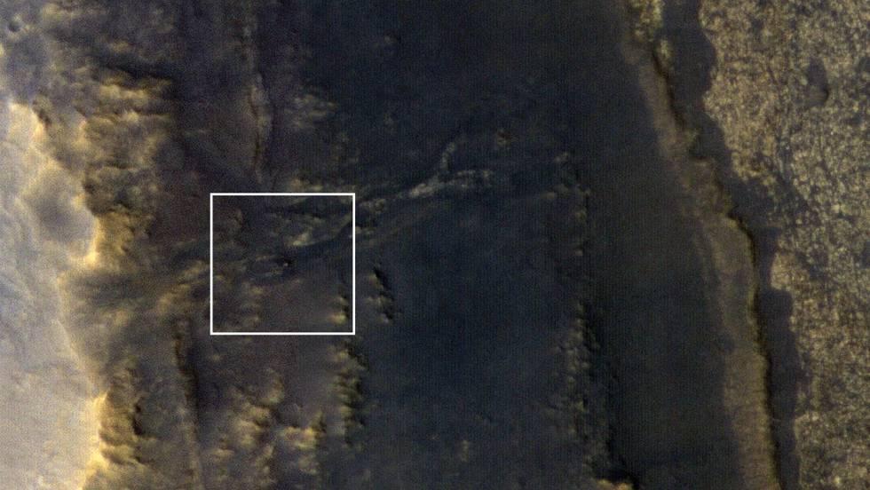 El 'Opportunity', el punto brillante en el centro del recuadro, en su actual posición en el valle Perseverancia de Marte.