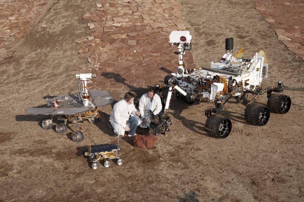 Una réplica del 'Opportunity', a la izquierda, junto a otras dos del 'Pathfinder (abajo) y el 'Curiosity (derecha).