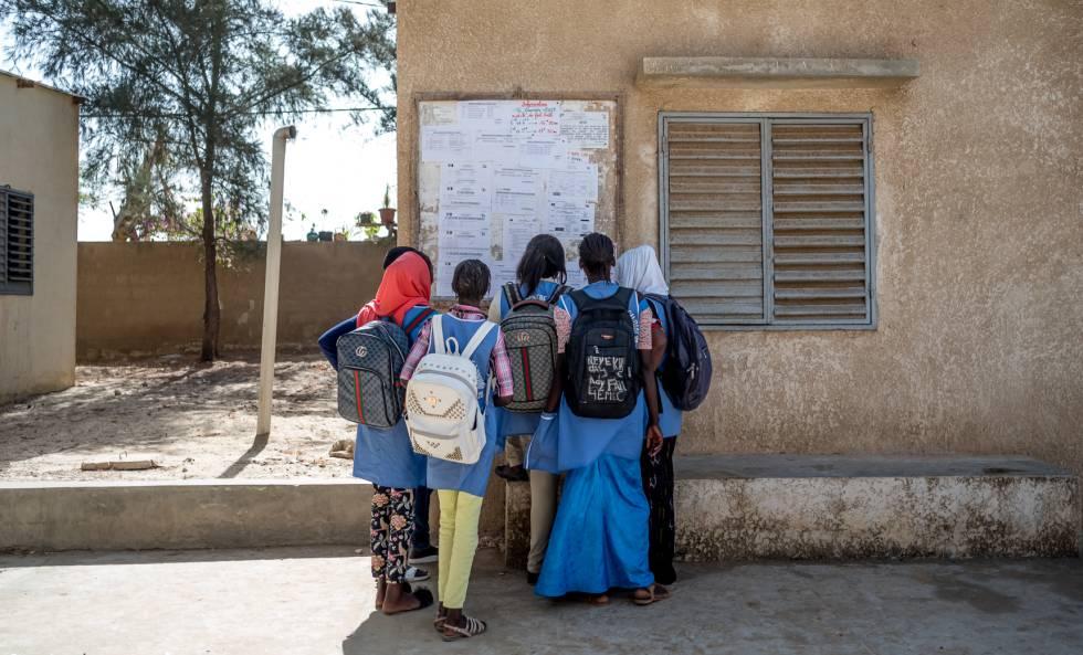 Un grupo de alumnas consulta las notas de un examen en el liceo Tassiniere de Gandiol.