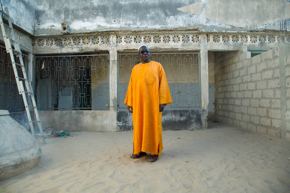Insa Wade, en el patio de su casa de Gandiol, en Senegal.