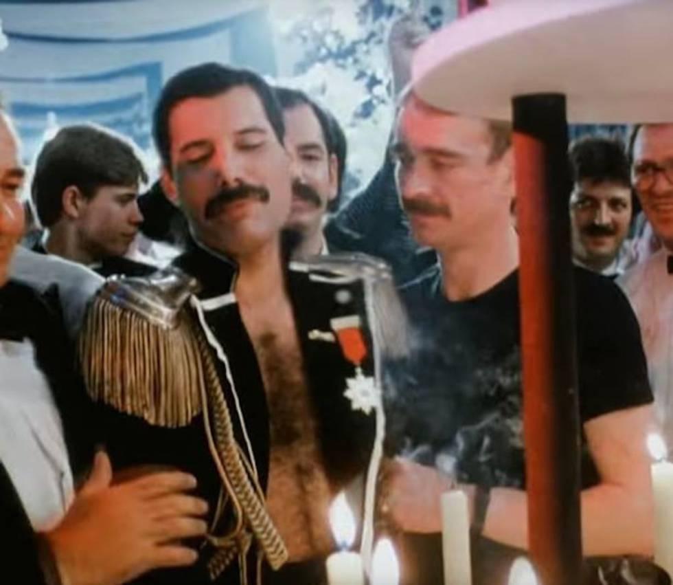 Freddie Mercury y Paul Prenter en una fiesta, en los ochenta, en una imagen captada en vídeo.