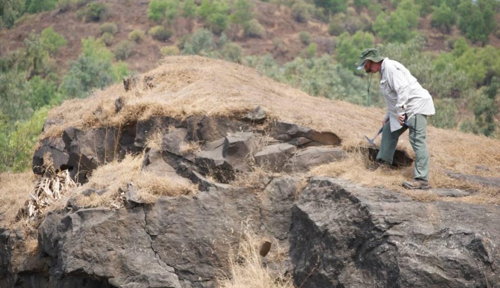 El investigador estadounidense Steve Self analiza una de las formaciones estudiadas, en Pune (India).