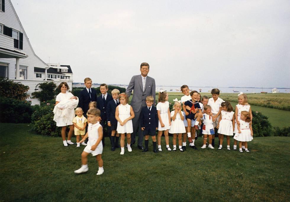 El expresidente John F. Kennedy con sus hijos y sobrinos, en Hyannis Port en 1963.
