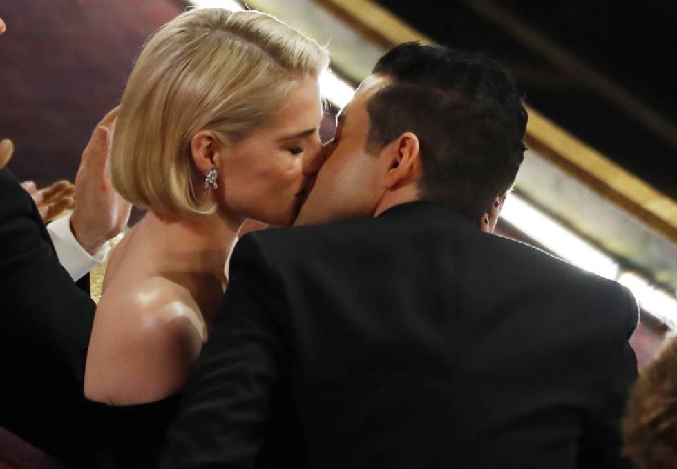 Rami Malek besa a su pareja y compañera de reparto, Lucy Boynton, en los Oscar 2019.
