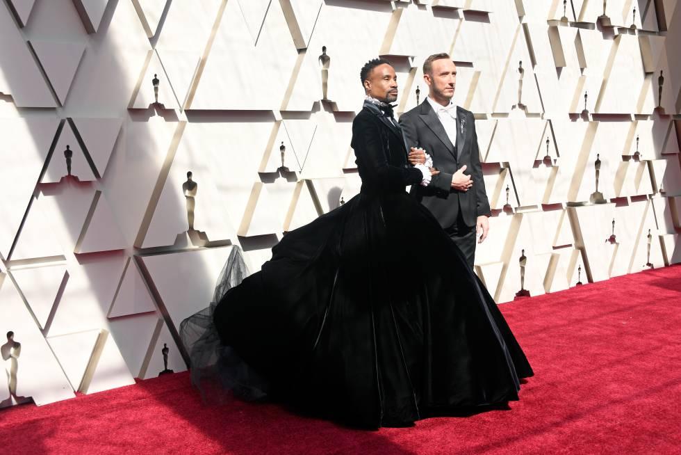 Billy Porter con su marido, Adam Smith, un empresario de 35 años, en la alfombra roja de los Oscar 2019.