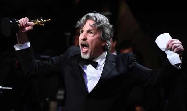 Peter Farrelly, director de 'Green Book', recoge el Oscar a mejor película.