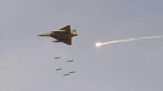 Un caza indio lanza bombas en Rajastán.
