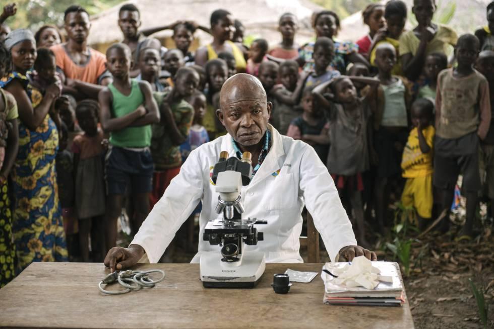 Victor Kande, responsable de los ensayos clínicos, en Lwano (República Democrática del Congo).