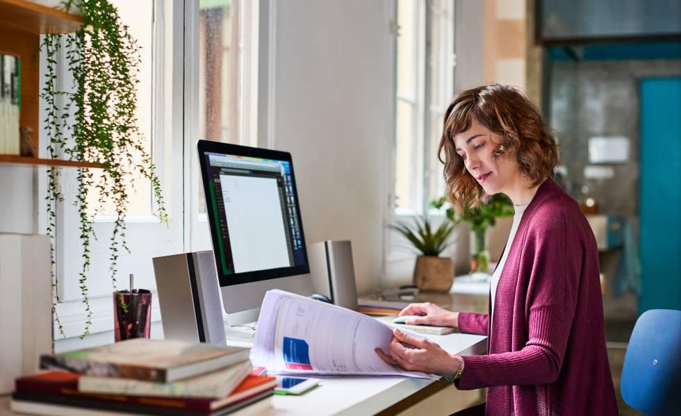 Mujer trabajando en un escritorio ordenado