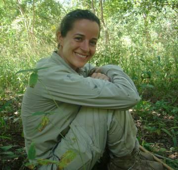 La investigadora Liliana Pacheco, escuchando a los chimpancés.