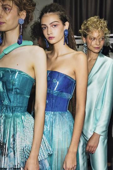 Armani dejó de usar piel de animales en sus colecciones en 2017; Victoria Beckham y Versace lo hicieron este año.
