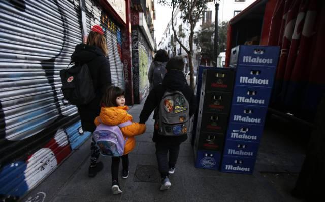 Teresa de las Cuevas takes her children in the center. 8b601d8cbe2