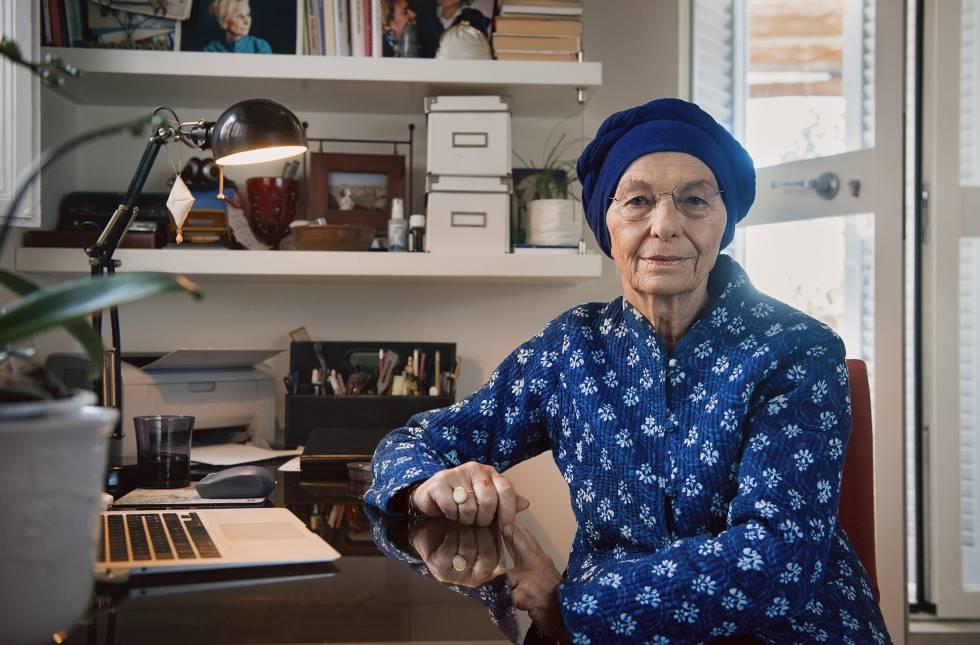Emma Bonino, junto a la mesa de trabajo de su casa en Roma.