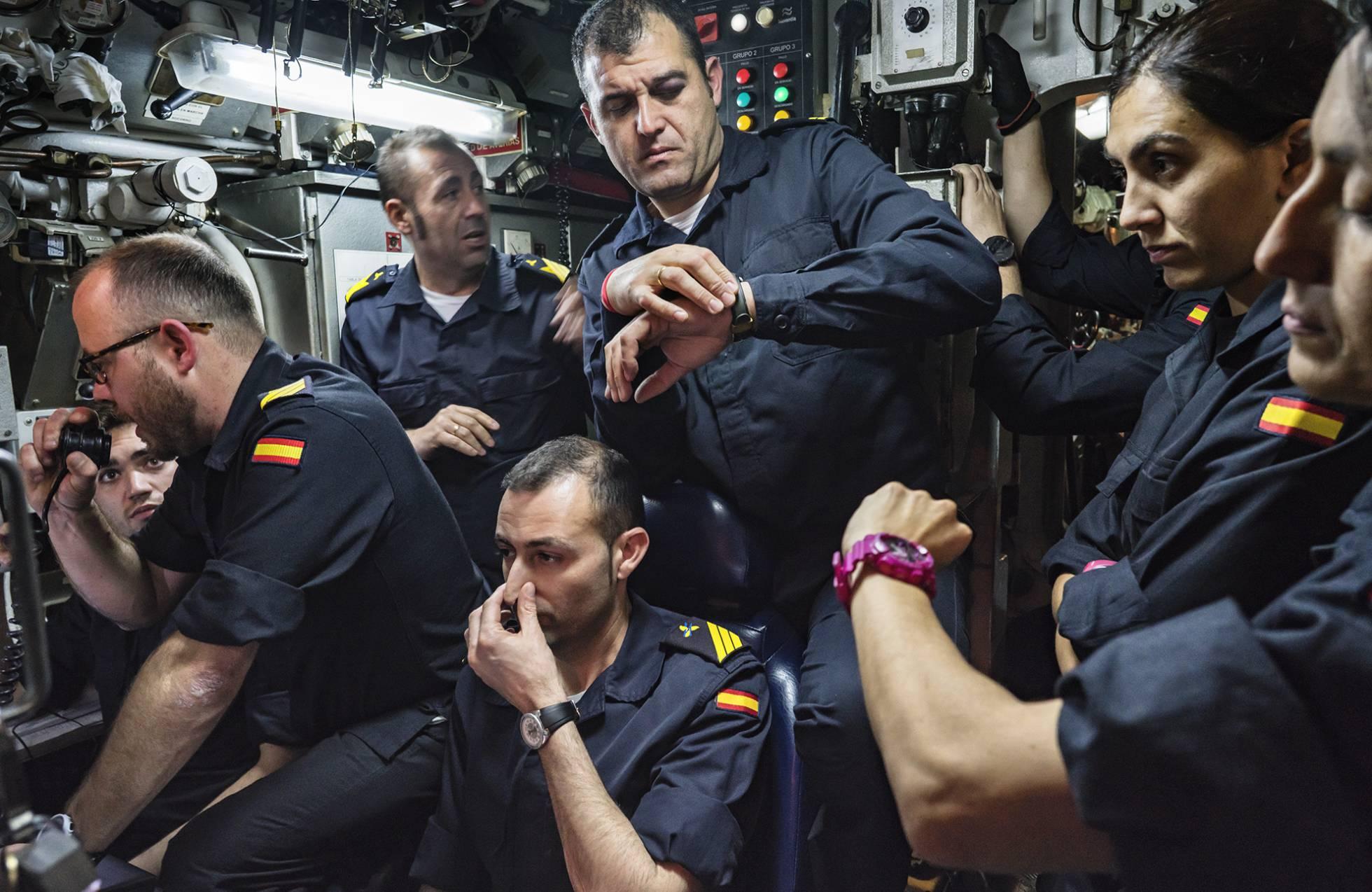 Varios tripulantes sincronizan sus relojes