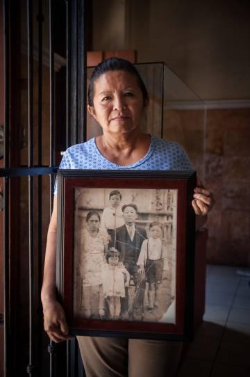 En 1905, un grupo de 1033 coreanos llegó para trabajar en las haciendas. Expirado su contrato, fueron retenidos y no lograron regresar. En el Museo Conmemorativo de la Inmigración Coreana, Dolores García muestra un retrato de sus antepasados.