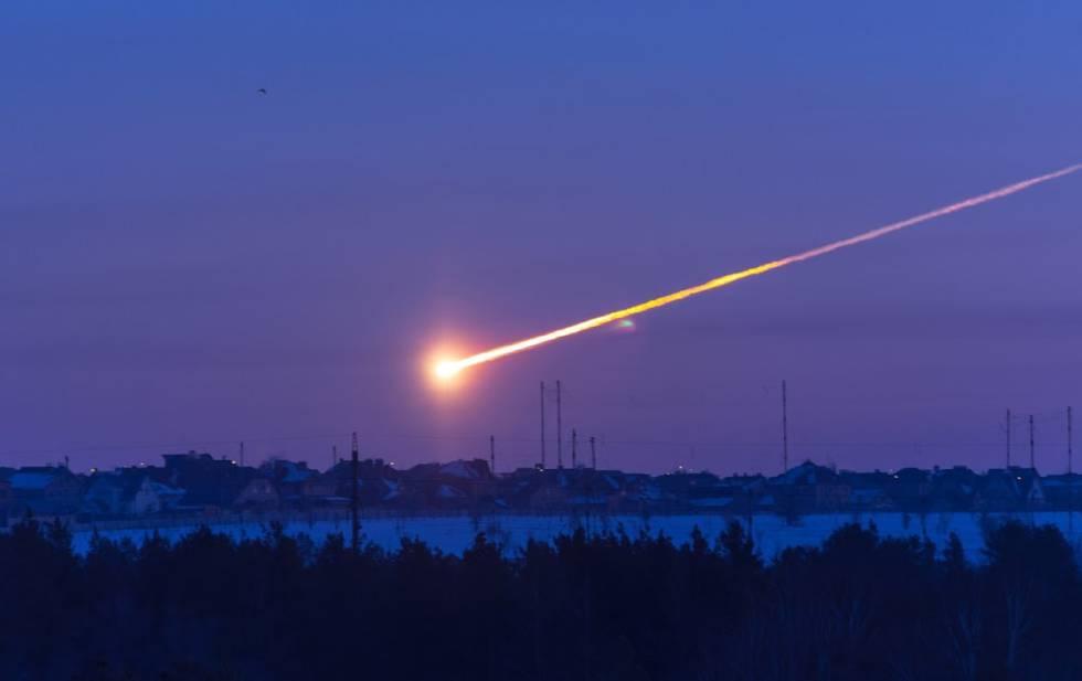 Imagen de la bola de fuego que se vio sobre Cheliábinsk (Rusia), un objeto algo mayor que el que produjo el impacto sobre el mar de Bering.