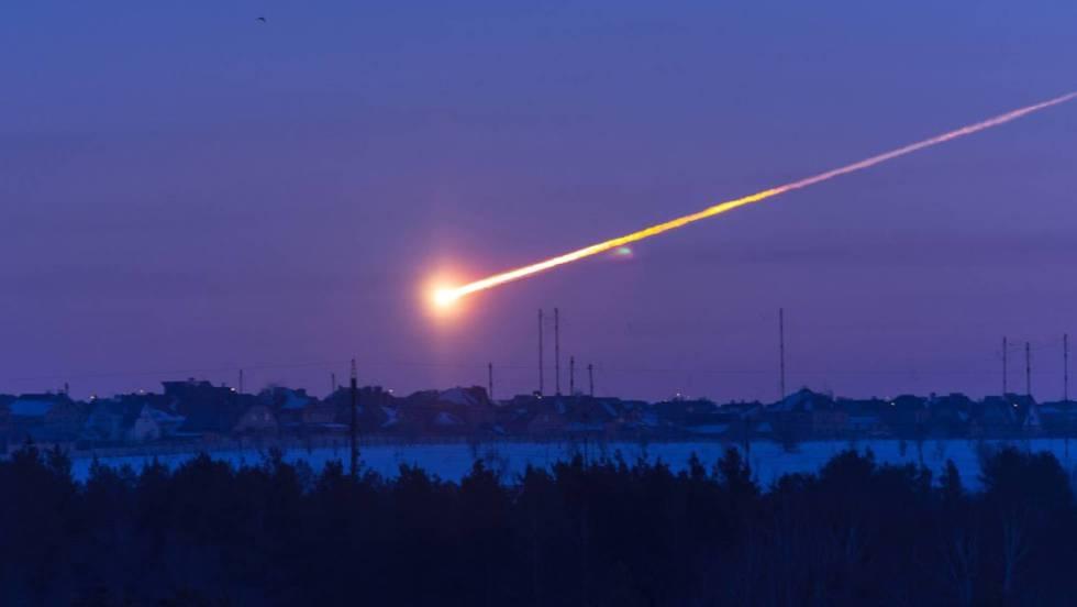 Imagem da bola de fogo que se viu sobre Cheliábinsk (Rússia), um objeto algo maior que o que produziu o impacto sobre o mar de Bering. Em vídeo, vários momentos prévios ao impacto do meteorito nessa região russa em 2013.